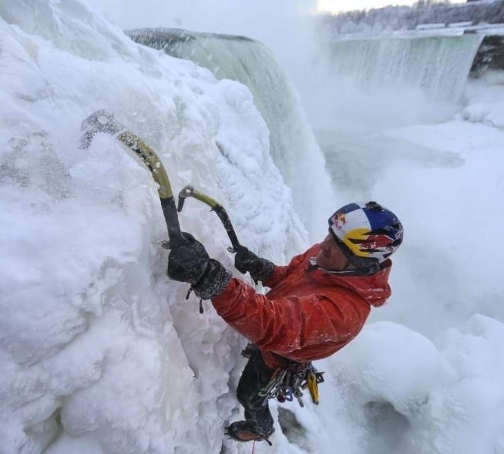 Gebruik voor ijsklimmen handschoenen met een goede padding op de knokkels