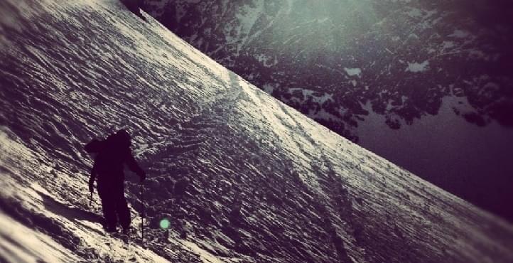 Bij sneeuwschoenwandelen moet je ervoor zorgen dat je voldoende grip op je wandelstokken hebt