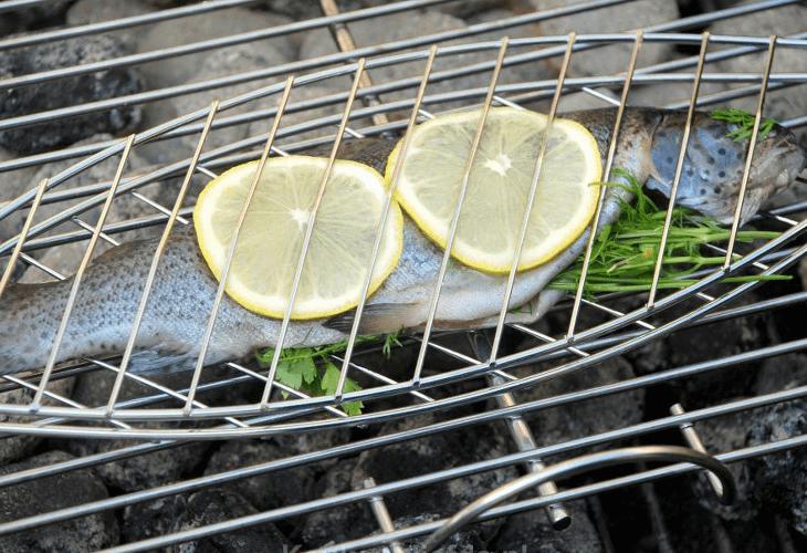 Vis grillen op de barbecue
